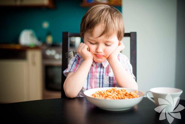 """Pedagog Dr. Adem Güneş, 3Z Formulü ile ebeveynlere yol gösteriyor. Dr. Adem Güneş, Nesil Yayınları'ndan çıkan """"Çocuk Neyi Neden Yapar? / Çocuk Davranışlarını Anlama Rehberi"""" isimli yeni kitabında 3Z Formülü'nü şöyle tarif ediyor: Zorlama var mı? Yemek zorla yedirilmez. O bir ihtiyaçtır, ihtiyacın oluştuğu sırada giderilmesi esastır. Çocuğa yemek yemesi noktasında zorlama yapılıyorsa, bu, çocukta karşıt tepkiye neden olur. Yemek, uyku ve tuvalet alışkanlığı aslında kendiliğinden ve fıtrî olarak oluşur. Bunun yanı sıra her insanın yemek yerken aldığı bir tat vardır. Bu tat, ancak sakin ve yavaş yenildiğinde hissedilir. Eğer çocuğa hızlı yemesi konusunda bir zorlama varsa, """"Yemeğini çabuk bitir"""" diye bir baskı yapılıyorsa, çocuk yemeğin bir diğer motivasyon kaynağı olan damak tadını alamaz ki... Zira acele yemek, damak tadının alınmamasının en büyük sebebidir. Aslında böylesi bir zorlayıcılıkla anne-baba çocuğun tat almaktan kaynaklanan ihtiyaç oluşturan sistemini zarara uğratmaktadır."""