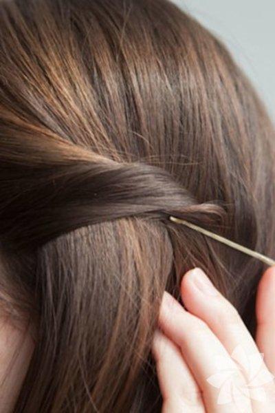 Saçlarınız çok önünüze geldiğinde önden iki parçayı kıvırın ve iki tel toka yardımıyla tutturun. Gün içinde saçınızda bambaşka bir değişiklik olacak.