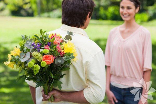 1) Onu çiçeklerle şaşırtın. Çiçekçiden alınmış bir demet çiçek kişiye kendini özel hissettirir. Güzel bir demet çiçek seçebilir ve arkadaşınıza hiçbir sebep olmaksızın 'öylesine' gönderebilirsiniz. Ya da işi biraz daha büyütebilir, bir saksıya baharda kocaman, güzel çiçekler açacak tohumlar dikebilirsiniz. Sümbül ve lale soğanları idealdir; ancak nergis, çan çiçeği, fulya ya da süsen çiçekleri de oldukça baştan çıkarıcıdır.