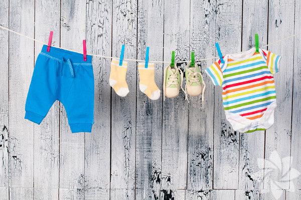 Bebeğinizin emeklilik planlarınızı bozmasına izin vermeyin Bebek bezi, doktor masrafları, bakıcı, oyuncaklar… Her ebeveyn neredeyse hastaneden eve geldikleri an bebek sahibi olmanın şok edici zorlukları ile yüz yüze gelirler. Bu ekstra masrafların etkisi, emeklilik çağındaki çiftler üzerinde çok daha fazladır. Yapılan araştırmalar, ileri yaştaki ebeveynlerin yeni doğan çocuklarının masraflarından ötürü emeklilik birikimlerine %5-%10 daha az katkı yaptıklarını göstermektedir. Ancak emeklilik, çocuğunuzun okul masrafları da dâhil diğer tüm birikim hedeflerinden önce gelir. Çünkü çocuğunuzun üniversite masrafları için her zaman borç alabilirsiniz; ancak emekliliğiniz için kimse size ödünç para vermez. Elbette ki bu durum, çocuklarınızın geleceği için bir şeyler yapmamalısınız anlamına gelmez. Yalnızca çocuğunuzu desteklemek, kendi finansal geleceğiniz pahasına olmamalıdır.