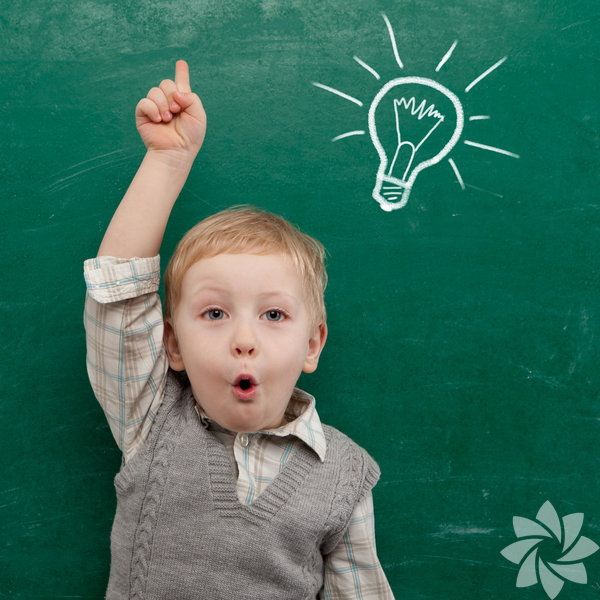 """1. Sürekli dikkat çekmeye çalışan çocukların öğrenme becerileri daha iyi oluyor. Yapılan araştırmalara göre sürekli """"Bana bak!"""" tavrındaki çocukların öğrenme ve işbirliği yapabilme yetenekleri ileri yıllarda daha iyi oluyor. Ebeveynleri dikkat çekme çabalarına pozitif tepki veren çocuklar, kurmaya çalıştıkları iletişimin tatmin edici olmasını bekliyorlar. Bunun sonucu olarak, ebeveynlerinin kendileriyle sosyalleşme girişimleri ile işbirliği yapma konusuna hevesle yaklaşıyorlar."""