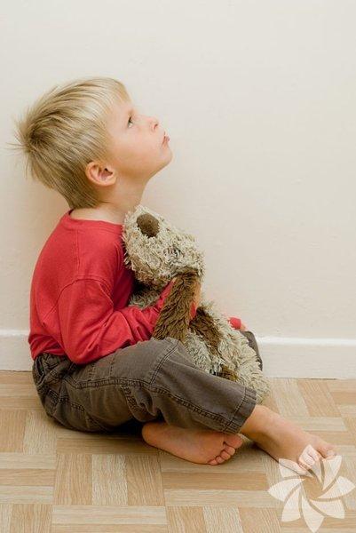 """Otizmli bir çocuğa sahip olmak sanıldığı kadar zor ve yararsız değildir. Bu durum elbette ki otistik bir çocuğa annelik yapmanın """"aşırılığını"""" azaltmıyor. Ancak herhangi bir soruna ya da hastalığa sahip olmayan çocukların anneleri ile konuştuğunuzda, yaşadıkları zorlukların sizinkilerle ortak olmadığını fark edeceksiniz. Otizmli çocuklar sağlıklı akranlarının bazı """"normal"""" hallerine benzer şekilde davranmadıklarından otistik çocukları olan aileler kimi yönlerden daha rahat olabiliyorlar."""