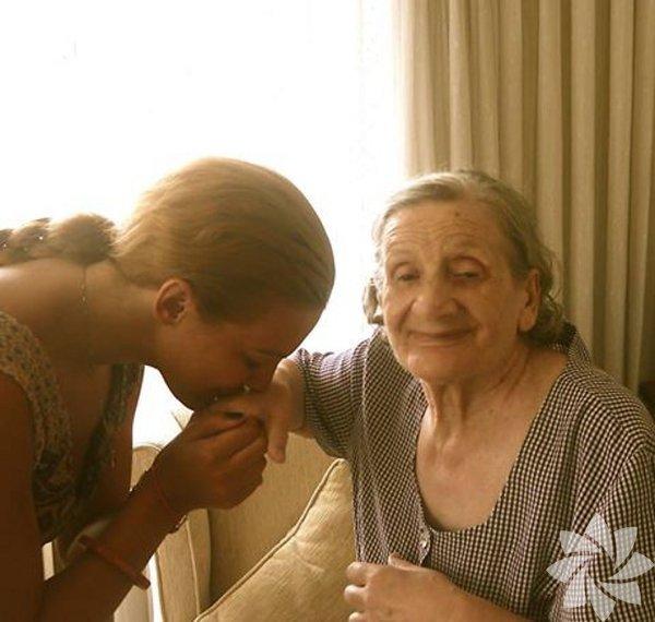 Meryem Uzerli sosyal medya hesabından babaannesinin vefat ettiğini şu sözlerle duyurdu: