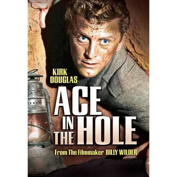 Ace in the Hole 1951  Yönetmen: Billy Wilder  Taşralı gazeteci Chuck Tatum, tarihi eser ararken göçük altında kalan bir kişinin yaşam mücadelesini bütün ülkeyi ilgilendiren büyük haber haline getirmek için insanları daha uzun sürecek bir kurtarma planına ikna eder. Çarpıcı haber uğruna gazetecilik ahlakının ayaklar altına alınmasını konu eden ilk filmlerden.