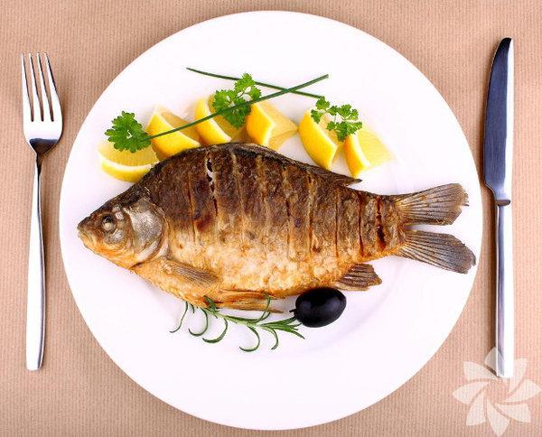 Uzmanlara göre her ay mevsimine uygun balık yemelisiniz. Bunun temel sebebi pek çok deniz canlısının yumurtlama zamanının Nisan ve Ekim ayları arasına denk gelmesi... Yumurtlama dönemindeki balıkları yemeniz deniz ekosisteminin bozulmasına sebep olur. Yavru ve yumurtlamak üzere olan balıkları yemeniz bir sonraki balık sezonlarında, balık stoklarının çok hızlı düşmesine ve türlerin yok olmasına neden oluyor. İşte bunlara sebep olmamak için aralık ayında bu balıkları tüketin: