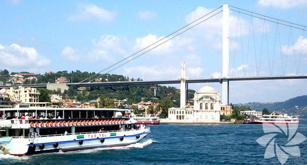 1- Boğaz turu Eğer İstanbul'da yaşayıp daha önce boğaz turu yapmamışsanız kesinlikle harika bir seçenek. Beşiktaş'tan, Eminönü ve Kadıköy'den kalkan şehir hatları vapurlarıyla dolaşa dolaşa Anadolu Hisarı'na kadar gidebiliyorsunuz. Kısa tur 12 TL uzun ve tek yönlü tur 15 TL. Geri kalan paranızla ise simit çay lezzetini tadabilirsiniz.