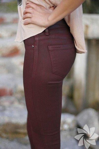1 – Skinny jeanler tam size göre! Kalçayı saran modelleri tercih etmenizde fayda var. Böylece tüm hatlar ortaya çıkacak ve kalça kıvrımı daha estetik görünecektir.