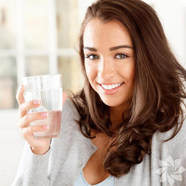 1. Daha çok su için Çoğu insan kronik olarak susuzluk çeker. Dehidratasyon, konsantrasyon, hafıza ve enerji gibi pek çok şeyi etkiler. Önümüzdeki 12 ay daha çok su içmeniz hayatınızda büyük değişikliğe sebep olabilir. Aslında insanlar susamış hissetmedikleri için su içmezler. Peki gün içinde daha fazla su içmenin yolları nelerdir? Kendinize en sevdiğiniz renkte veya olağandışı bir dizaynda su şişesi edinin ve elinizin altında tutun. Nane ya da portakal gibi favori aromanızı katmak da daha fazla su içmenize teşvik olacaktır. Yemeklerden önce bir bardak su içerseniz, bu da sizin daha az yemenize ve kilo vermenize yarayacaktır.