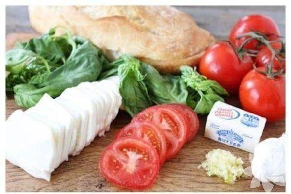 Mozerella peyniri, domates, taze fesleğen ve balzamik sirkeyle mini pizzalar yapabilirisniz.