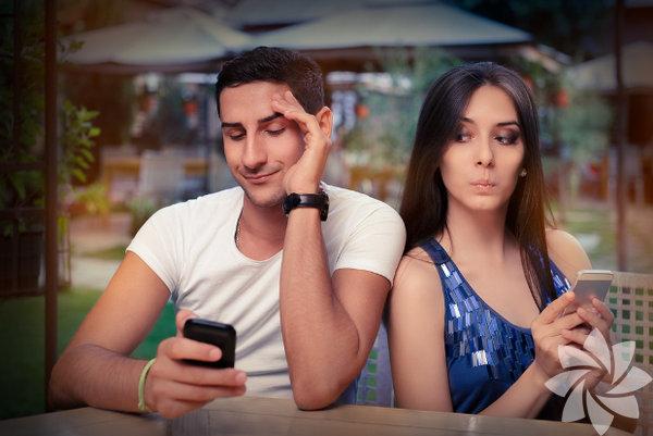 Şu 'arkadaş'ınla fazla zaman geçiriyorsun Kıskançlık en büyük ilişki katillerinden biridir. Ara sıra herkes biraz kıskançlık yapabilir, bu ilişkiye ve beraber olduğunuz insana tutku ile bağlı olduğunuzu gösterir. Ama alışkanlık ya da takıntı haline gelirse, tehlikeli hal alır. Örneğin arkadaşlarıyla çıktığında onu sürekli arıyor ya da mesaj atıyorsanız, kendinize bir dur demeli ve bunun altındaki sebepler ile yüzleşmelisiniz. Küçük adımlarla da başlasanız, sevdiğiniz insanın da bu rahatsız edici tutumdan kurtulmak için çaba harcadığınıza şahit olması gereklidir. Hayatınıza objektif bir gözle bakarak öz-değerleriniz üzerinde çalışın; kendinize güveninizi artıracak fiziksel bir aktiviteye başlayabilir ya da bir terapist ile konuşmak ve destek almak isteyebilirsiniz