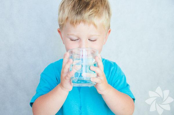 Bol sıvı verin:   Ateş vücutta ciddi sıvı kaybına neden olduğu için çocuğa bol miktarda sıvı takviyesi gerekiyor. Bebek hâlâ emziriliyorsa daha sık aralıklarla emzirme öneriliyor.