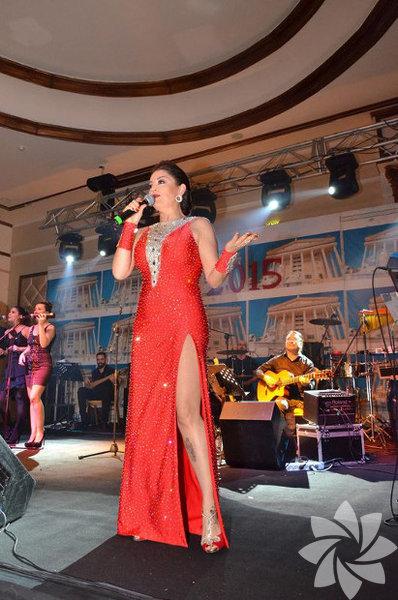 Aşkın Nur Yengi  Kıbrıs Kaya Artemis'te sahne alan Aşkın Nur Yengi 2.000 kişiyle yeni yıla 'Merhaba' dedi. Gecede kırmızı payetli elbisesiyle göz kamaştıran Yengi 2 saat boyunca misafirlerine muhteşem bir yılbaşı gecesi yaşattı.