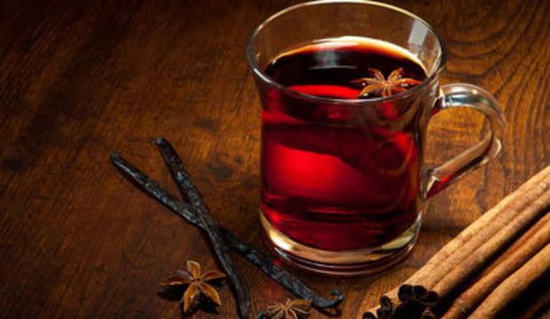 Kış günlerinin romantik içeceği sıcak şarap tarifi
