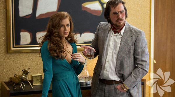 Christian Bale Düzenbaz  Nevrotik eş, kırgın sevgili ve ihtiras küpü bir FBI ajanı arasında kalan Irving Rosenfeld'i karşımıza çıktığı ilk andan itibaren, inandırıcı bir karakter haline getirmeyi başardı. Göbeğiyle peruğuyla sadece dış görünüşünü değil, beden dilini de değiştirdi.