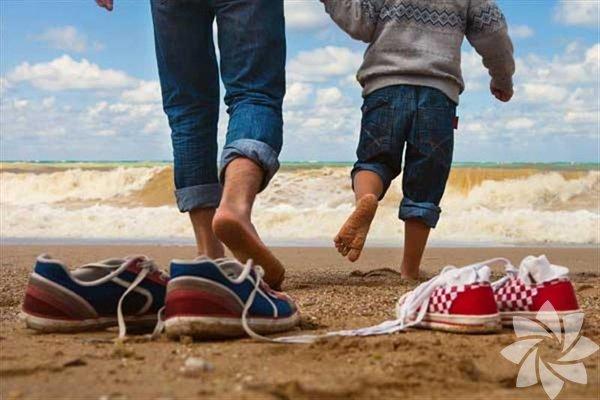 1. Babalar harika rehberlerdir Babaların süper kahraman olmasının en büyük nedenlerinden biri, çocuklarının ne zaman ihtiyacı olsa, orada ve rehberlik yapmak için hazır bulunmalarıdır. Kendinize olan saygınızı ve güveninizi yitirmeden, zor zamanları nasıl atlatmanız gerektiğini babalarınızdan öğrenirsiniz. Her zaman etrafınızdadırlar, üstelik çoğu zaman görünmez olmayı başarırlar.