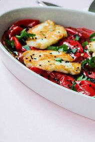 Zeytin soslu, hellim peynirli biber salatası