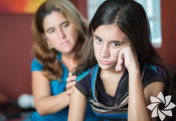 Pek çok şey gençlik depresyonuna sebep olabilir çünkü ergenlik, çok çalkantılı ve zor bir dönemdir. Genç insanlar bir sürü duygusal zorluk yaşarlar ve çoğu zaman, duygularını nasıl yöneteceklerini de bilemezler. Depresyon tedavi edilebilir, bu yüzden bir ebeveyn olarak çocuğunuzun bu hormonal değişikliklere karşı dirençli olup olmadığını gözlemlemelisiniz.