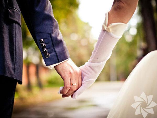 Psikolog Arthur Aron, bilimsel makalesinde çiftlerin aşağıdaki soruları sorduktan sonra (hayata bakış açısından) birbirleriyle uyumlu olup olmadıkları hakkında bir fikirleri olacağını, uyumlu iseler gerçek aşkı yaşayacaklarını iddia ediyor. Zira bu sorular evlilik süresince partnerinizin nasıl davranacağı konusunda iyi bir fikir veriyor. Haydi kolay gelsin!   Doç. Dr. Neva Çiftçioğlu Banes'ın yazısından evleneceklere kritik sorular.