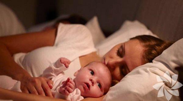 1. Endişelenme, yeniden uyuyacaksın Hamile kadınların en çok duyduğu şeylerden biri kendisini bekleyen uykusuz geceler olur. Halbuki bunun geçici bir süreç olduğunun ve eninde sonunda yeniden uyuyabileceğinin dünyaya bir bebek getirmek için ufak bir bedel olduğunun hatırlatılması onun keyfini yerine getirecektir.