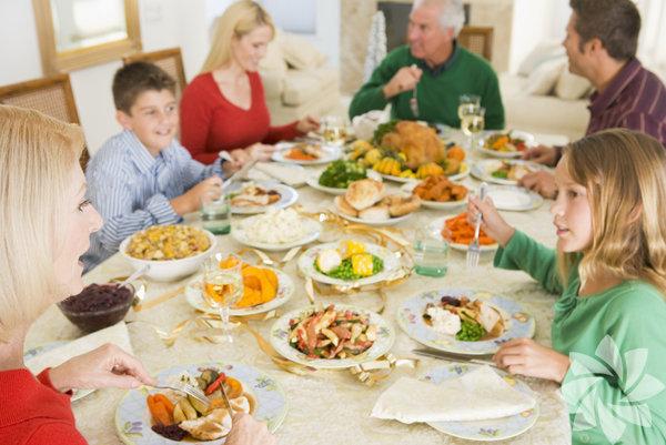 1. Aile zamanı Ailece yemek yemenin en önemli sebeplerinden birisi, kaliteli zaman geçirmeye sebep olmasıdır. Okul, iş ve diğer aktiviteler o kadar çok vakit alıyor ki aile bireylerine yeterince zaman ayrılamıyor. Beraber sofraya oturmak, rahatlamanız ve birbirinizle iletişime girmeniz, arayı kapatmanız için size şans tanır.