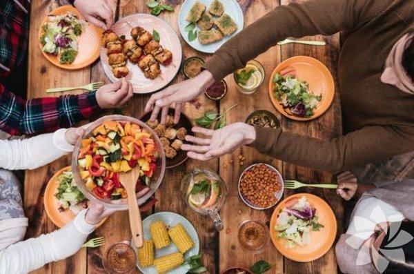 1- Aile zamanı Ailece yemek yemenin en önemli sebeplerinden birisi, kaliteli zaman geçirmeye sebep olmasıdır. Okul, iş ve diğer aktiviteler o kadar çok vakit alıyor ki aile bireylerine yeterince zaman ayrılamıyor. Beraber sofraya oturmak, rahatlamanız ve birbirinizle iletişime girmeniz, arayı kapatmanız için size şans tanır.