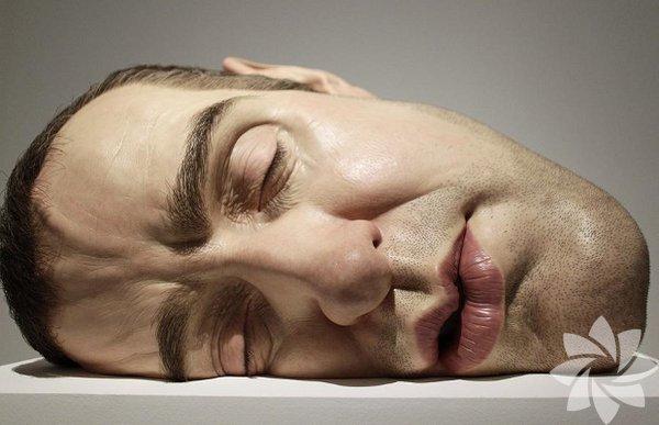 """20 Eylül 2011 tarihinde Mexico City, San Ildefonso Müzesi'nde """"Maske II"""" isimli bir heykel."""