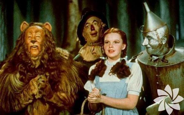 Oz Büyücüsü - 1939 (The Wizard of Oz) Yönetmen: Victor Fleming, George Cukor   Her çocuk için en güvenli yer evidir. Peki ya, oradan uzak düşerse? Kendini yabancı bir diyarda bulan Dorothy'nin eve dönüş serüveni, sunduğu fantezi evreniyle nesiller boyu çocukların en sevdiği filmlerden biri olmayı başardı. Bir çocuğun yetişkinlerden bağımsız olarak kendi başının çaresine baktığı film, benzer birçok hikâyenin de öncüsü oldu.