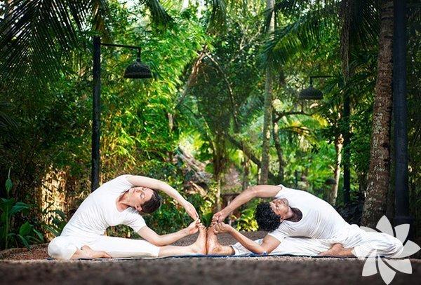 Sevgilinizle birlikte yoga yapmanız için bir sürü nedeniniz var! Tamamen  kendinizi dinleyerek geçirdiğiniz harika bir yoga seansını  partnerinizle birlikte geçirdiğinizde bile birbirinize daha yakın  hissedersiniz. Beraber yoga yaptığınızda, yoga pozlarında birbirinize  destek olduğunuzda ise fiziksel olduğu kadar, duygusal olarak da  uyumlanma şansı yakalamış olursunuz... Çift yogası (partner yoga) ayrıca birbirinizi düzenli yoga yapmaya teşvik etmek için de iyi bir yöntem!