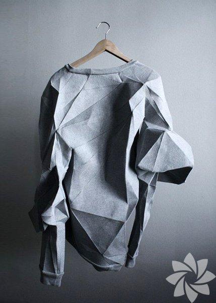 """Origami, Japonca """"ori"""" (katlamak) ve """"gami"""" (kâğıt) sözcüklerinin birleşiminden meydana gelen, kâğıt katlama sanatına verilen addır. Modacılar da bu sanatı kıyafet ve aksesuarlarda kullanarak yeni bir trend akımı başlatmış oldu."""