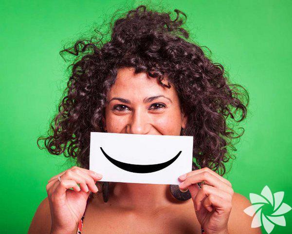 Gülümsemek Mutlu bir insandan daha çekici ne olabilir ki? Üstelik cana yakın olduğunuzu da gösterir. Mutluluğun bulaşıcı olduğunu ve pozitif bir kişiliğin hayatın her alanında çok daha başarılı olacağını unutmamalısınız.