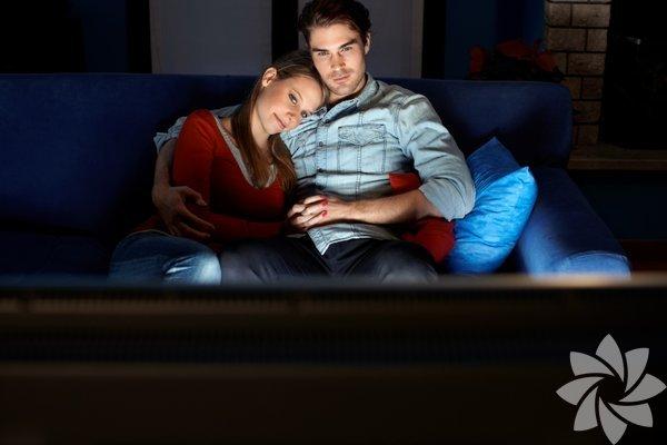 Aşk sinemanın vazgeçilmez temalarından biri. Bugün için seçtiğimiz filmlerin ortak özelliği ise daha önce yaptığımız hiçbir listede yer almamaları ve hüzünden ziyade aşkın sıcaklığı ve güzelliğine odaklanmaları. İşte size kendinizi iyi hissettirecek 10 romantik film.