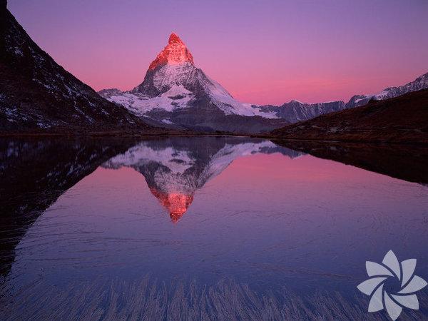 Matterhorn'a karşı... İsviçre'nin karla kaplı köyü Zermatt, Alplerin ünlü Matterhorn zirvesi manzarasıyla muhteşem bir yeryüzü cenneti. Dağın eteğindeki kasabada lüks oteller ve yüzyıllık evler yan yana sıralanıyor, bu yönüyle Zermatt sadece kar sporlarıyla ilgilenenleri değil, kültür turizmi sevdalılarını da misafir ediyor.