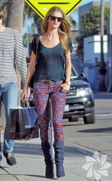 Her zaman bakımlı ve güzel, Elle Dergisi'nin düzenlediği Stil Ödülleri'nde 'En İyi Model' seçilen Rosie Huntington'un sokak stilinden kareler... Rosie Huntington'ın sokak stili...