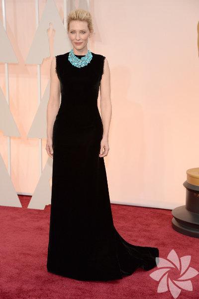 Cate Blanchett Gecenin belki de en şık siyahını Cate Blanchett taşıdı. Elbisenin sade çizgisini hareketlendiren Tiffany&Co mavi kolye ise çok zarif. Ne de olsa siyah, doğru mücevher ve aksesuvarlarla daha da anlam kazanıyor!