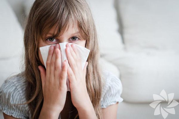Kişinin alerjisi olduğu maddeye maruz kalması, boya, parfüm, petrol ürünleri gibi tahriş edici keskin  kokulu moleküller, aşırı nem (sisli havalar), hava kirliliği, egzoz gazları, sigara ve soba dumanı, tedavi almayan astımlılarda fiziksel egzersiz, stres alerjik  hastalıkları  tetikleyen unsurlar arasında bulunuyor. Peki çocuğunuzu alerjik hastalıklardan uzak tutmak için ne yapmalı? İşte cevaplar: