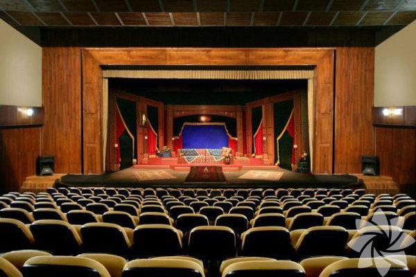 """Sahne  Sabancı Vakfı ile Kültür ve Turizm Bakanlığı  Devlet Tiyatroları işbirliğiyle düzenlenen  Uluslararası Adana Tiyatro Festivali , 27 Mart  Dünya Tiyatrolar Günü'nde perdelerini açıyor.  Bu yıl 17'ncisi düzenlenen festival, 1 ay boyunca  Adanalılara keyifle takip edecekleri bir program  sunacak. Türkiye'den 16, yurtdışından 8 olmak  üzere toplam 24 oyunun sahneleneceği festival,  """"Yaşamak Denen Bu Zahmetli İş"""" oyunuyla  başlıyor. Craft Tiyatro yeni oyunu  Personel 'in prömiyerini 24 Mart Salı gerçekleştiriyor. Mike  Bartlett'in yazdığı, Dolunay Soysert ve Aslı Enver'in  rol aldığı oyunu; Craft Tiyatro'nun kurucularından  Çağ Çalışkur yönetiyor"""