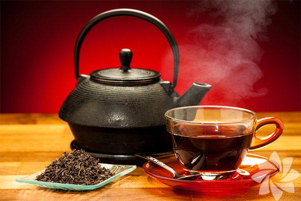 Siyah çay yara temizlenmesinde faydalıdır. Üzerine çay dökülen pamuk ile yapılan pansuman yaralarda antibiyotik etkisi yaratır.