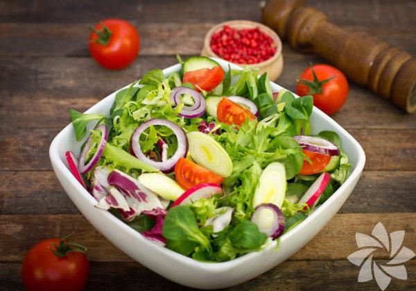 1. Akşam yemeğine gelen misafirinizin soğan yemediğini bile bile sadece kocanız çok seviyor diye salataya soğan doğramayın.