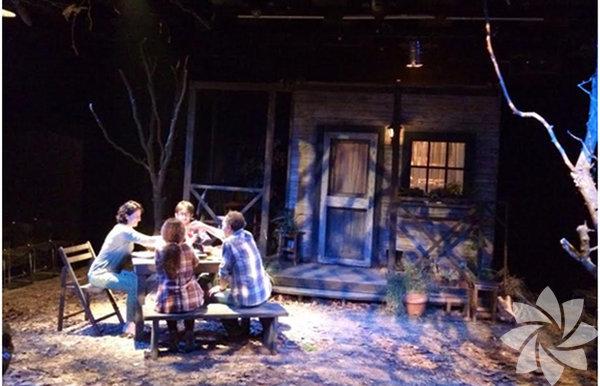 Sahne Talimhane Tiyatrosu tarafından sahnelenen Göl Kıyısı isimli oyun, 33. Uluslararası İzmir Tiyatro Günleri kapsamında 4 Nisan'da İsmet İnönü Sanat Merkezi'nde sahnelenecek. Bugün saat 13.00'te, sevgi ve emek arasındaki ilişkiyi merkeze alarak Küçük Prens'i yeniden yorumlayan Küçük Prens ve Çiçek adlı çocuk oyunu; saat 20.30'da ise günümüzde yaşananları mizahi bir dille ele alan Pijamalı Adamlar MOİ Sahne'de izlenebilir.