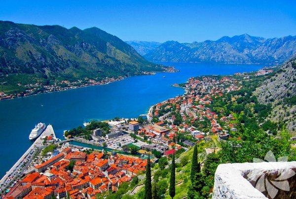 Kotor (Karadağ) Balkanlarda yeşil ve mavinin iç içe geçtiği coğrafyası, lezzetli pizza ve şarapları, tarihi dokusu ve eğlencesi ile Karadağ vizesiz gezebileceğiniz tatil durakları arasında. UNESCO Dünya Miras Listesi'nde yer alan şehri Kotor, mutlaka görülmeli. Adriyatik'in kıyısında, tabloyu andıran muhteşem manzarası ve surlarla çevrili tarihi dokusunu keşfetmek için kente başkent Podgorica üzerinden kara yoluyla geçebilirsiniz.