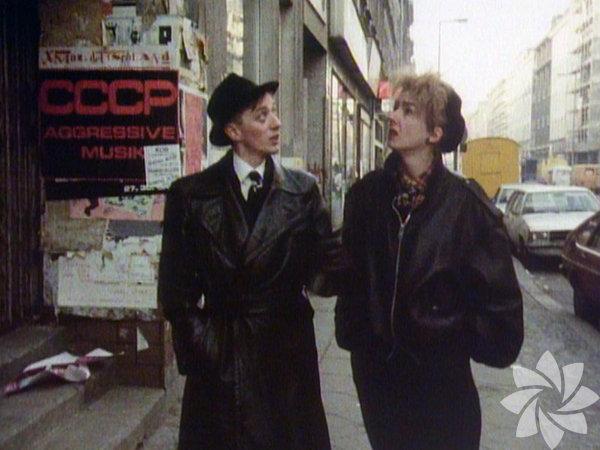 """B Filmi: Batı Berlin'de Şehvet ve Müzik - B Movie: Lust & Sound in West-Berlin Yönetmenler: Jörg A. Hoppe, Klaus Maeck, Heiko Lange  Berlin'in gayri resmi tarihine eğlenceli bir yolculuk. """"Belgesel"""" deyip geçmeyin, festivaldeki birçok filme oranla çok daha hareketli bir yapım. Berlin Duvarı yıkılmadan önceki 10 yılda şehrin müzik hayatını, alt kültürlerini yansıtan film, kurgusu ve müzikleriyle öne çıkıyor."""