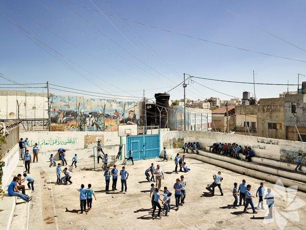 """Aida Boys Okulu, Bethlehem, Batı Şeria   James Mollison daha önce """"Çocuklar Nerede Uyuyor"""" (Where Children Sleep) isimli en çoklar satanlar listesinde bulunan kitabından sonra hayata bu sefer """"Okul Bahçesi"""" (Playground) ile geri döndü."""