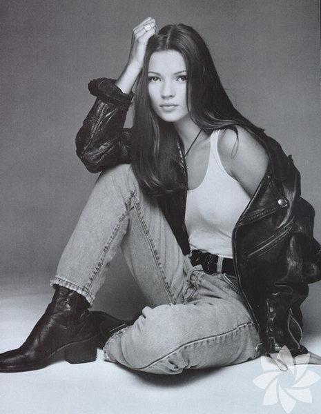 50'lerin feminen tavrı, 60'ların zarafeti, 70'lerin renkleri, 80'lerin gösterişli tarzı derken moda dünyası tüm bunlardan uzaklaşarak bambaşka bir döneme girdi ve bu dönem 90'ların ta kendisiydi. Moda ve trendler hiç bu kadar asi olmamıştı.