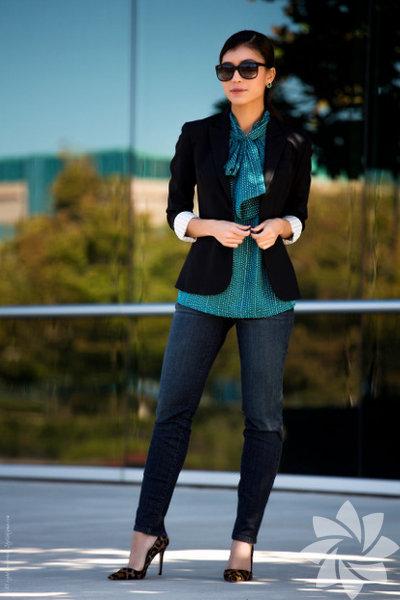Jean pantolon & blazer Jean pantolonu ofise uyarlamanın en pratik yolu şık bir blazer ceketle kombinlemekten geçiyor. Özellikle lacivert ve siyah renklerinde uzun kesim blazer ceketler bu konuda ideal.