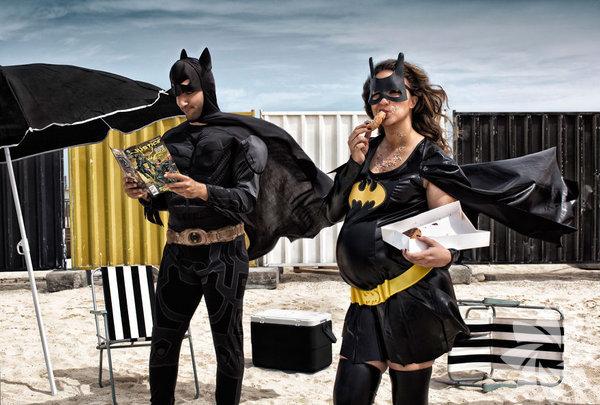 Martin, kahramanları ırk, din ve inanç ile sınırlı olmadığını normal insanlar olduklarını gösteriyor. Herkes bir süper kahramandır sloganı ile yola çıkıyor. Batman – Omar, Ukrayna; Batwoman – Dina, Mısır