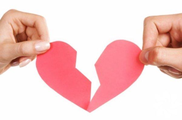 Sevgilisinden ayrılmış ve kalp kırıklığı yaşayanlar neler yapmalı?  Aranızda taze bir ayrılık yaşamış ya da sevgilisinin gölgesinden kurtulmakta güçlük çeken kimse var mı? Eski sevgiliyi unutmak imkansızdır – hafıza kaybı yaşamadığınız sürece. Ayrılıktan sonra ortaya çıkan sorunların çözümü, eski sevgiliyi unutmayı değil, onsuz nasıl yaşanılacağını öğrenmeyi sağlar.
