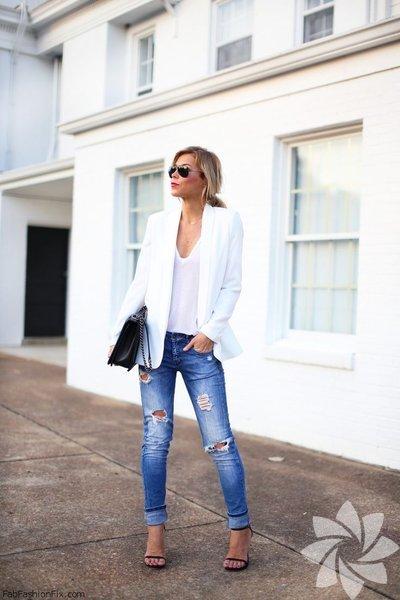 """""""Back to basic"""" furyası moda dünyasını etkisi altına almışken bir gardırop klasiği olan beyaz tişörtlerden bahsetmemek olmaz."""