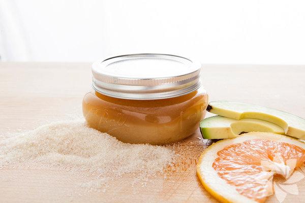 Greyfurtlu Peeling Malzemeler - Greyfurt - Avokado yağı - Esmer şeker Hazırlanışı  Esmer şeker, avokado yağı ve kullanacağınız müktara göre greyfurt suyunu karıştıın. Duj öncesinde cildinize yedirin. Avuç içinizle selülitli bölgelere masaj yapabilirsiniz. Düzenli kullanımda etkisini hissedeceksiniz.