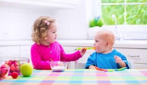 Aç ayıcık o çocuğa o yemeği yedirecek!