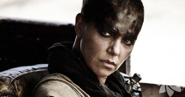 """Efsanevi Mad Max serisinin yeni filmi """"Mad Max: Fury Road""""da Furiosa karakterini oynayan Charlize Theron, Oscar ödülünü de kazanmış başarılı bir oyuncu. Süper model kadar güzel olmasına karşın bir seri katil ya da işçi sınıfından bir kadın karakteri de inandırıcı kılabiliyor. İşte Theron filmografisinden seçtiğimiz 10 film..."""